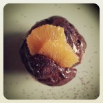 Muffin à la violette, chocolat, pavot et mandarine