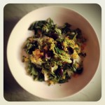 Pak choï, courgette, mangue, herbes et olives noires