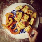 Polenta grillée au potimarron, feta, olives et coriandre
