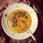Soupe de patates douces et potimarron rôtis et dukkah de pistaches