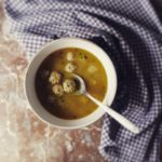 Boulettes aux herbes et aux agrumes en bouillon miso